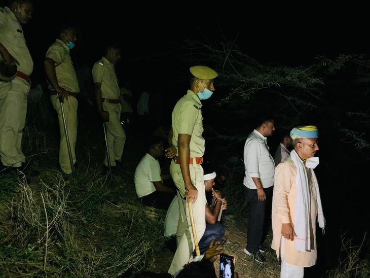 मौके पर मौजूद पुलिस व ग्रामीण