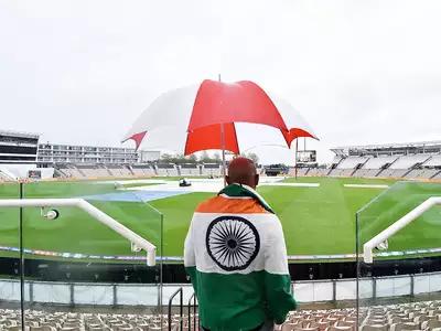 बारिश भी भारतीय दर्शकों का हौसला नहीं तोड़ पाई। दर्शक अपनी टीम को चीयर करने पहुंचे। तिरंगे के साथ एक इंडियन फैन।