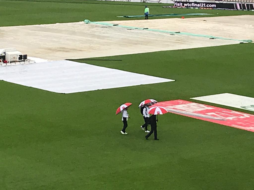 चौथे दिन भारी बारिश हुई। ऐसे में मैच के स्टाफ और अंपायर्स बीच-बीच में हालात पर भी नजर बनाए हुए थे।