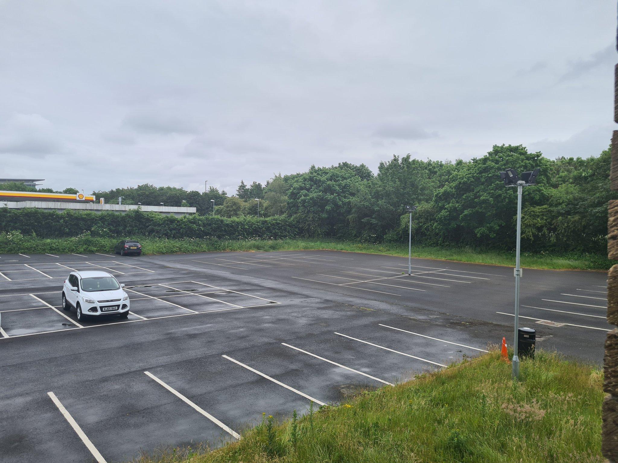 स्टेडियम के बाहर पार्किंग स्लॉट पूरी तरह से खाली नजर आया।