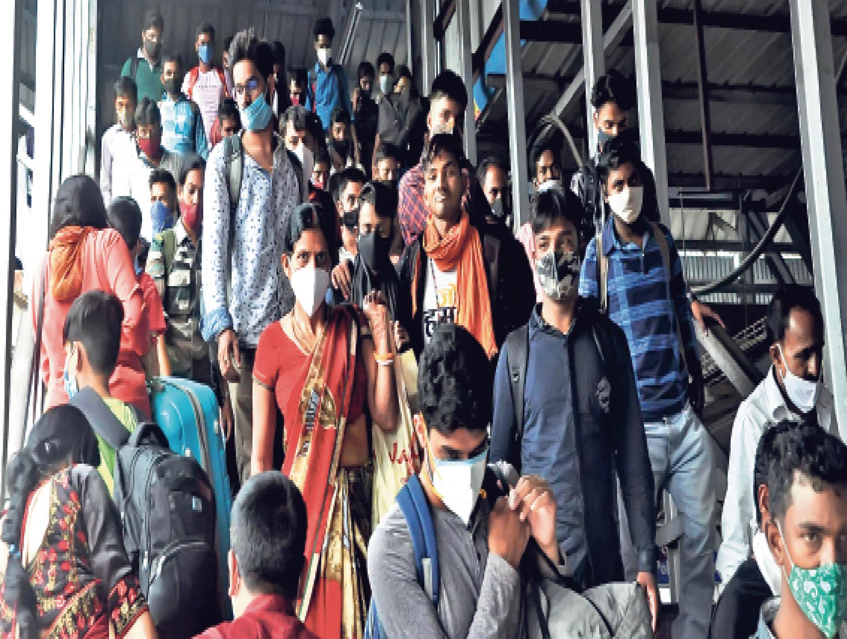 कोई सोशल डिस्टेंसिंग नहीं... रांची स्टेशन पर यात्रियों की भीड़ को व्यवस्थित करने की नहीं थी व्यवस्था। - Dainik Bhaskar