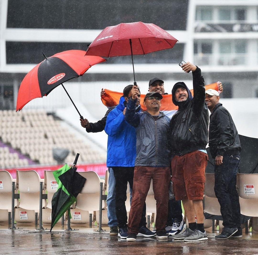 दर्शकों को भी बारिश का अनुमान था। इसलिए वे घर से पूरी तैयारी करके आए थे। खाली समय में वे छाता लेकर फोटो खिंचाते नजर आए।