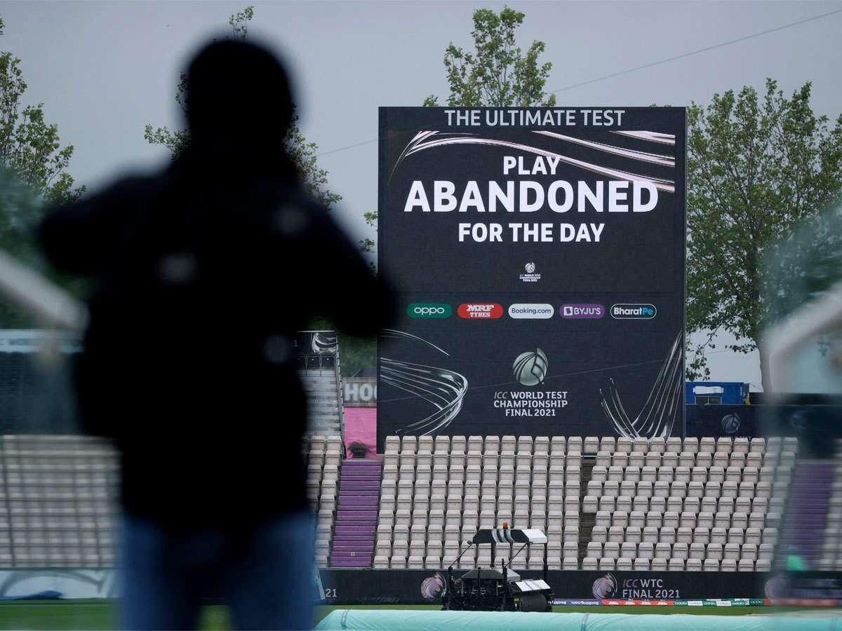 ग्राउंड स्टाफ ने साइड स्क्रीन पर चौथे दिन के खेल को रद्द करने की घोषणा की।