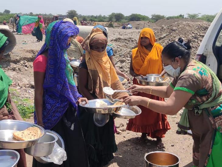 अहमदाबाद में रहने वाले जिग्नेशभाई व्यास और जिग्नाबेन गरीबों को मुफ्त खाने की रसोई चलाते हैं। जहां 24 घंटे मुफ्त खाना मिलता है। सूचना मिलने पर वे मौके पर पहुंचकर भी जरूरतमंदों को खाना उपलब्ध कराते हैं।