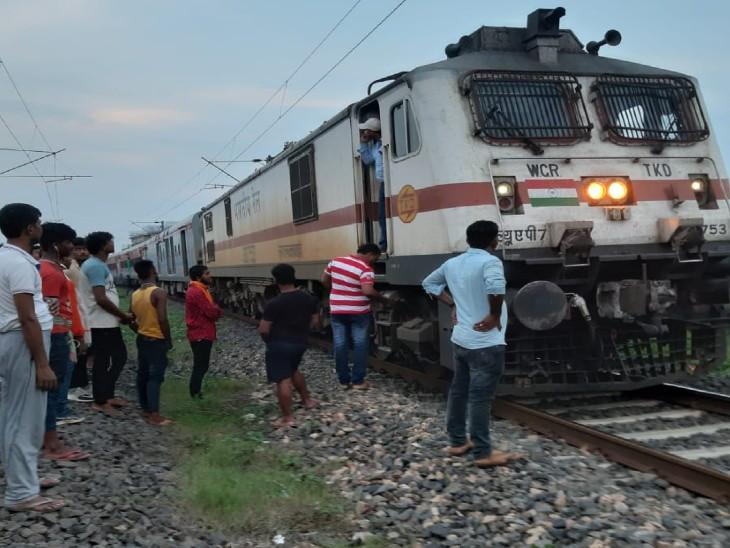 ओवर हेड बिजली का तार टूटने से अवध आसाम एक्सप्रेस भी फंसी, लंबी दूरी के यात्री परेशान|छपरा,Chhapra - Dainik Bhaskar