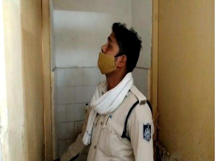 मासूम सा दिखने वाला नाबालिग बंदी पुलिस को दे गया चकमा, जवान बाहर खड़े रहे वह टॉयलेट की खिड़की से कूदकर भाग गया ग्वालियर,Gwalior - Dainik Bhaskar