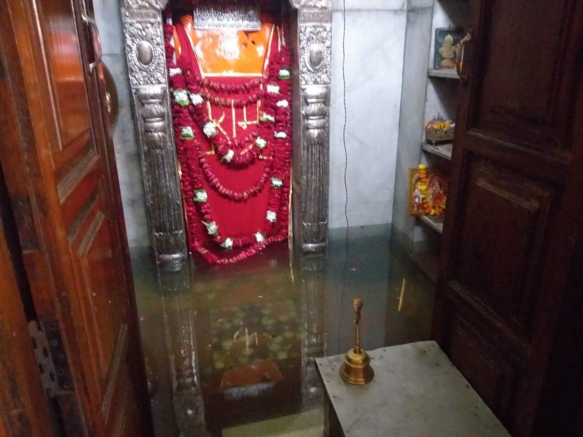 वाराणसी के बनकटी हनुमान मंदिर में घुसा सीवर का गंदा पानी, श्रद्धालुओं ने जताई नाराजगी, प्रधान पुजारी ने किया सांकेतिक श्रृंगार और आरती|वाराणसी,Varanasi - Dainik Bhaskar
