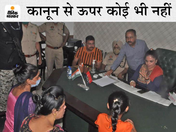 जालंधर में महिलाओं की शिकायत सुनतीं चेयरपर्सन मनीशा गुलाटी। - Dainik Bhaskar