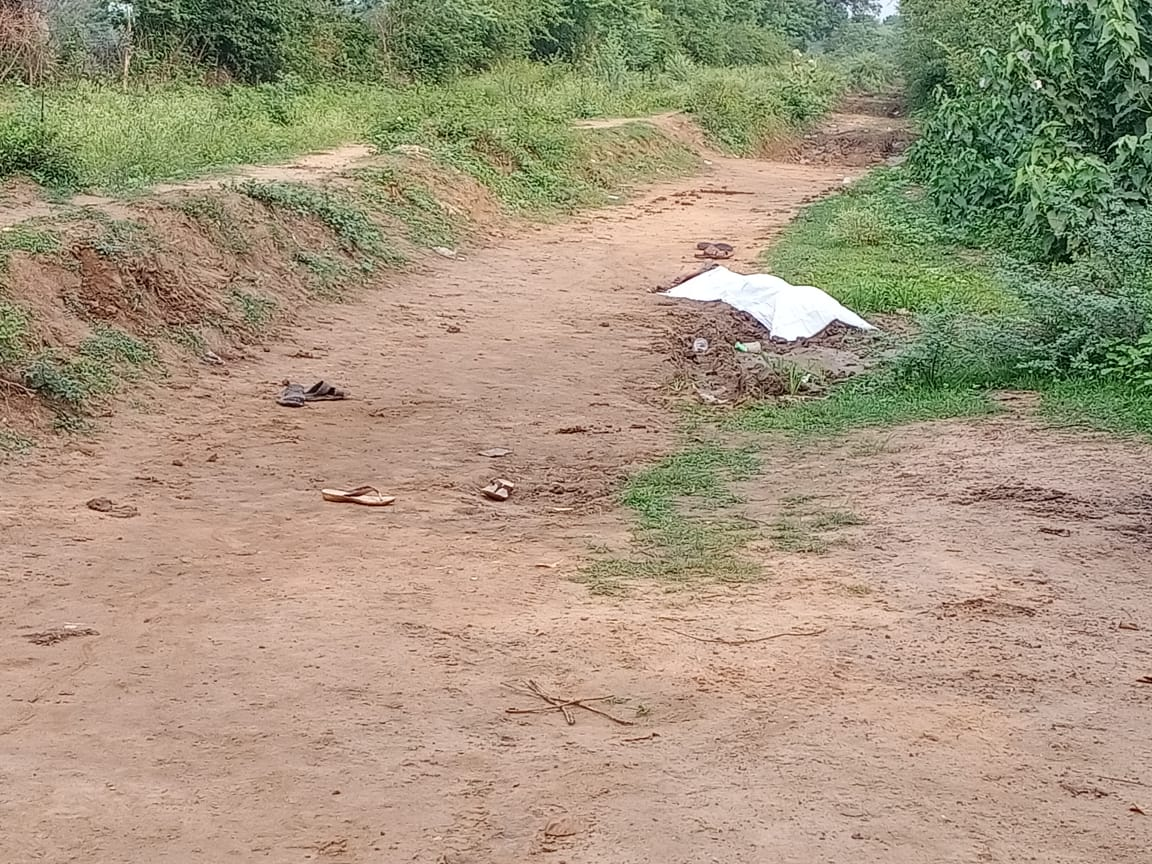 गांव से आधा किमी दूर मिला शव, हत्या की आशंका, रात में एक युवक के साथ निकला था मृतक, पुलिस टीम मौके पर पहुंचा होशंगाबाद,Hoshangabad - Dainik Bhaskar