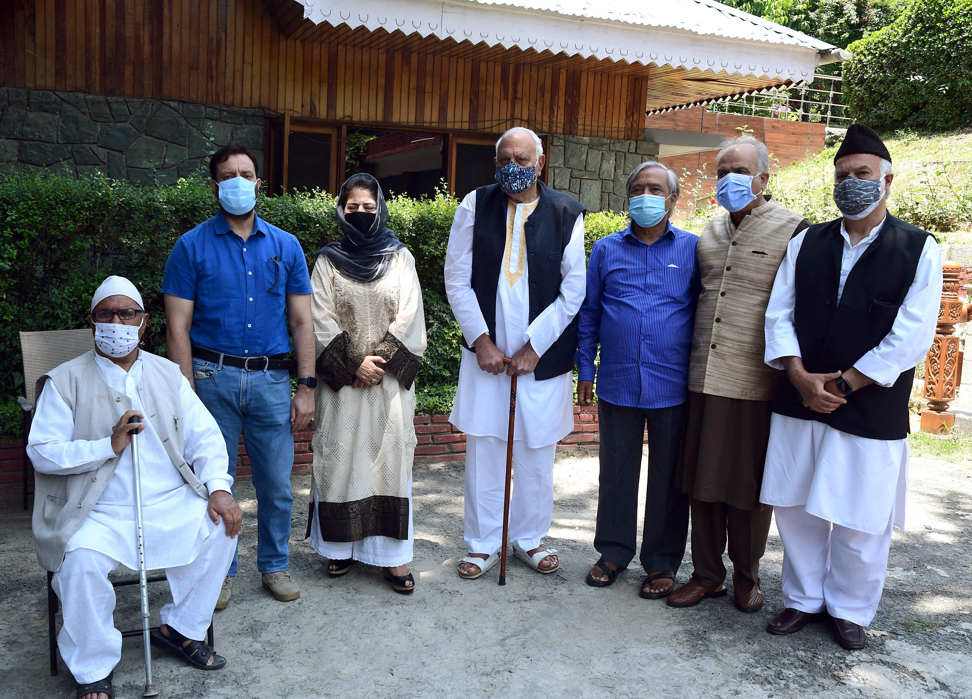 पीपुल्स अलायंस फॉर गुपकार डिक्लेरेशन की श्रीनगर में हुई बैठक में फारूक अब्दुल्ला, महबूबा मुफ्ती, मोहम्मद तारिगामी, गुपकार अलायंस के नेता मुजफ्फर शाह शामिल हुए। इन नेताओं ने तय किया कि मोदी-शाह की बैठक में भाग लेना चाहिए।