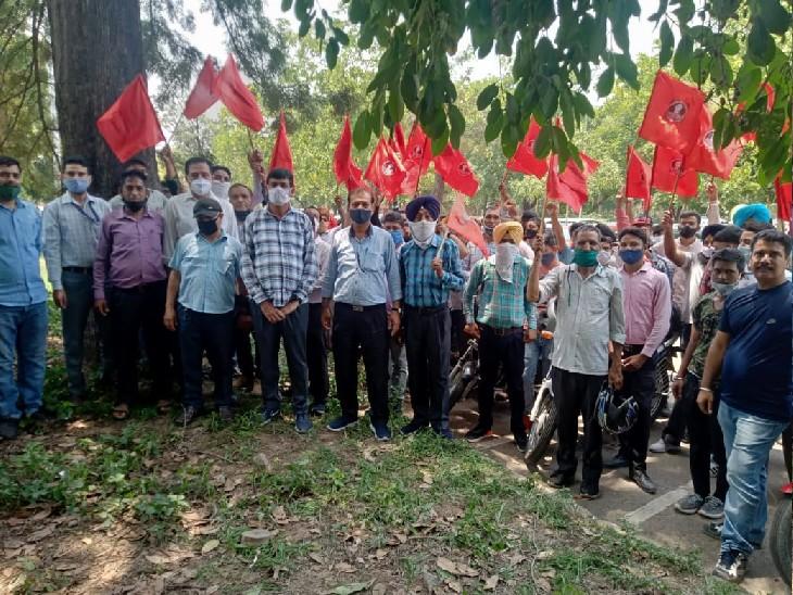 छ्टनी के विरोध में बिजली कर्मचारियों का UT सेक्रेट्रिएट के सामने किया प्रदर्शन; मंजूरी न मिलने की वजह से 1 जून से जाएगी नौकरी|चंडीगढ़,Chandigarh - Dainik Bhaskar