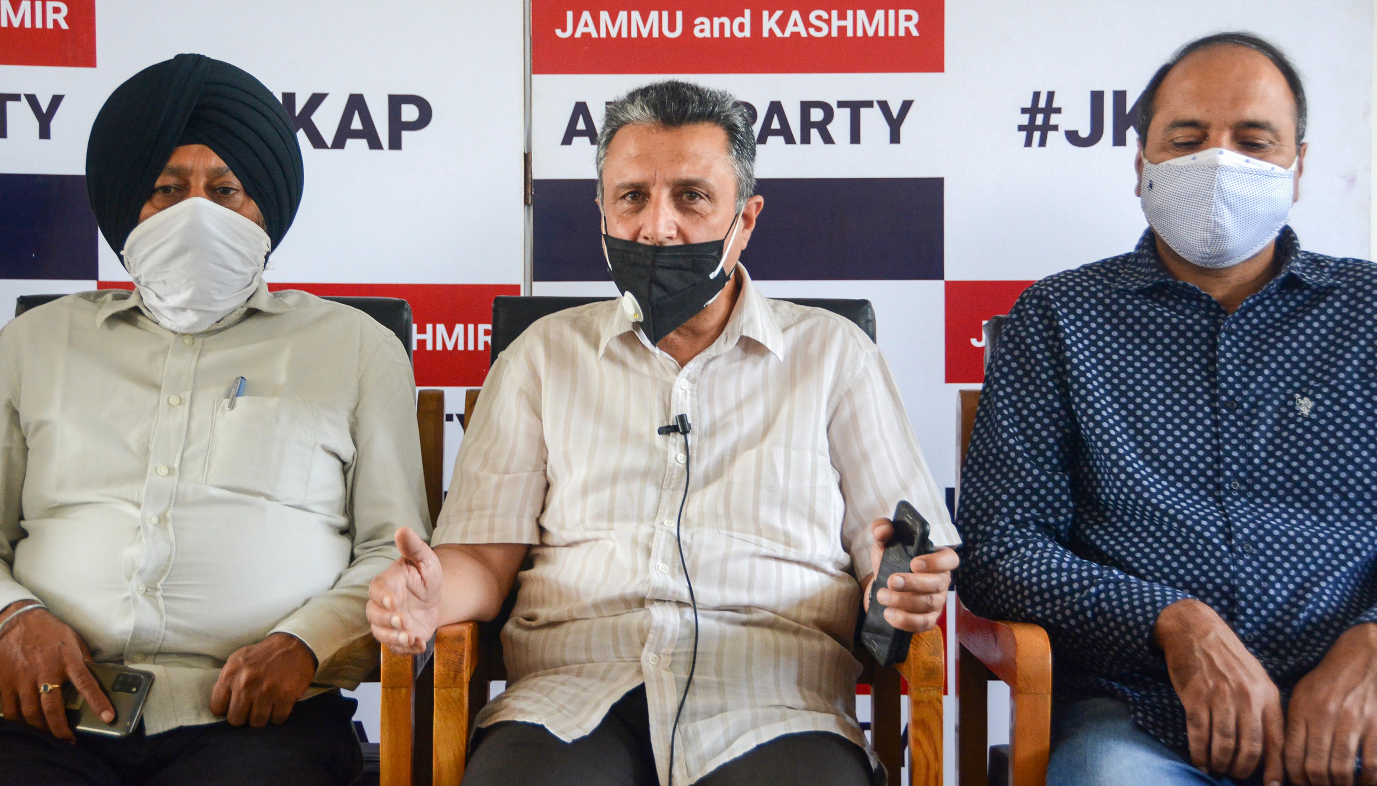 जम्मू-कश्मीर अपनी पार्टी के नेताओं ने प्रेस कॉन्फ्रेंस कर बताया कि वह मोदी-शाह की बैठक में भाग लेने वाले हैं।
