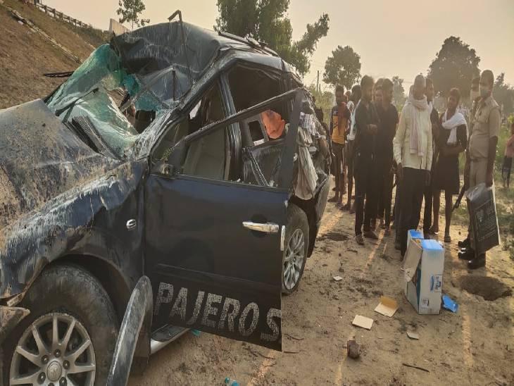 दिल्ली से बिहार जाते वक्त नींद आ जाने से हुआ सड़क हादसा, खाई में गिरी कार; एक की मौत तीन घायल|आगरा,Agra - Dainik Bhaskar