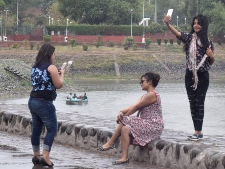 पार्कों में सेल्फी लेते लोग।