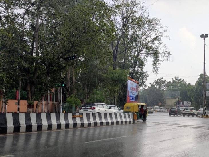 राजधानी लखनऊ में बारिश के दौरान सड़कों पर भीड़ कम देखने को मिली।