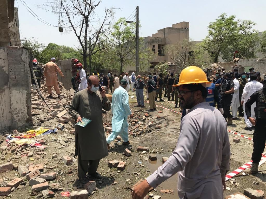 धमाके से आसपास के कई मकानों को नुकसान पहुंचा है।