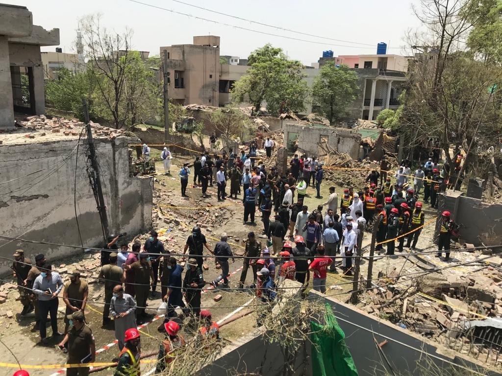 ब्लास्ट के बाद घटनास्थल की जांच करती पुलिस और घटनास्थल पर मौजूद भीड़।