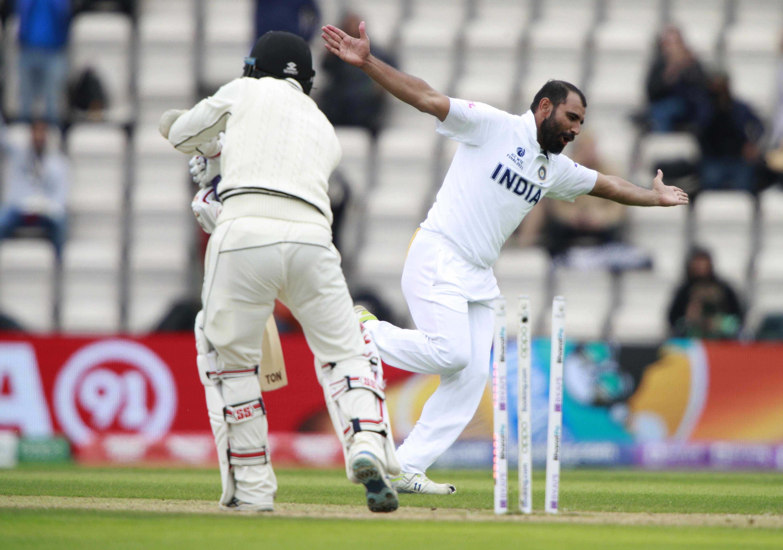 शमी ने न्यूजीलैंड के विकेटकीपर बीजे वाटलिंग को एक शानदार बॉल पर क्लीन बोल्ड किया। यह शमी का दूसरा विकेट रहा। वाटलिंग के करियर का यह आखिरी टेस्ट भी है।