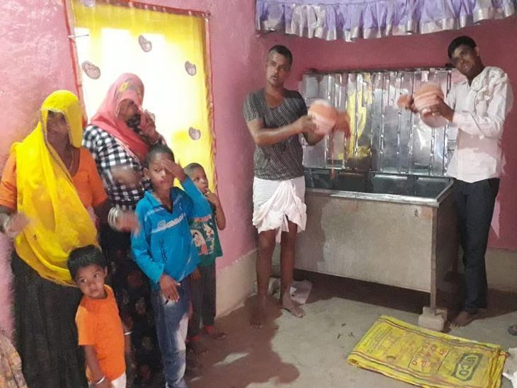 ठगी का शिकार हुआ एक परिवार खाली कलश दिखाते हुए।