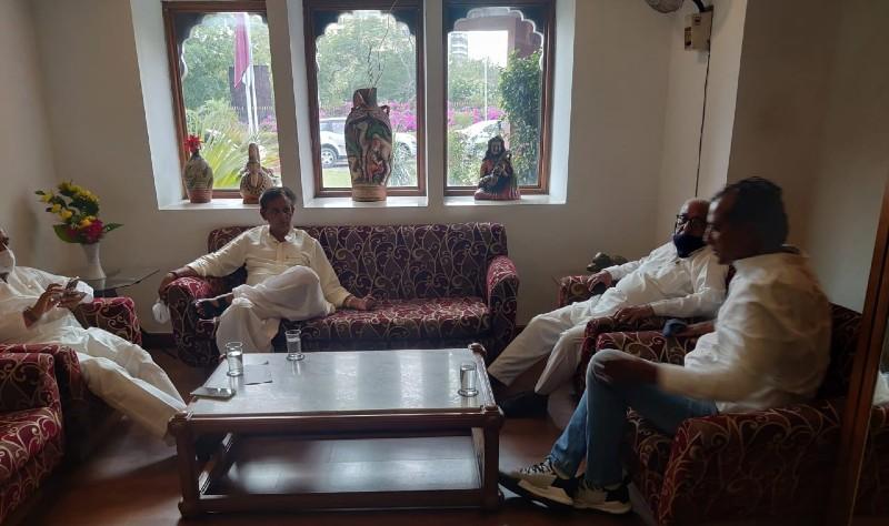 होटल अशोक में निर्दलीयों की बैठक से पहले बसपा से कांग्रेस में आने वाले विधायक राजेंद्र गुढ़ा।
