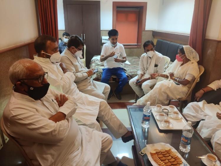निर्दलीयों की बैठक से पहले MLA राजेंद्र गुढ़ा के पहुंचने से विवाद, अचानक बदली बैठक की जगह; गहलोत को देंगे बिना शर्त समर्थन|जयपुर,Jaipur - Dainik Bhaskar