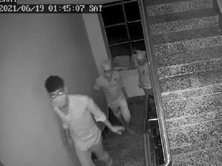 चोरी के मामले में सीसीटीवी फुटेज की फोटो। - Dainik Bhaskar