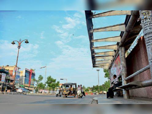 दिल्ली रोड पर बस स्टॉप की 2 जगह से टूटी है छत, अतिक्रमण भी चुनौती|रोहतक,Rohtak - Dainik Bhaskar
