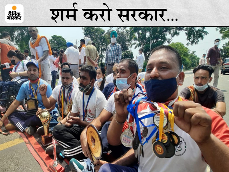 चंडीगढ़ में पंजाब CM की कोठी के बाहर नौकरी की मांग लेकर पहुंचे पैरा प्लेयर्स; मैडल वापस करने आगे बढ़ने पर पकड़ ले गई पुलिस|चंडीगढ़,Chandigarh - Dainik Bhaskar