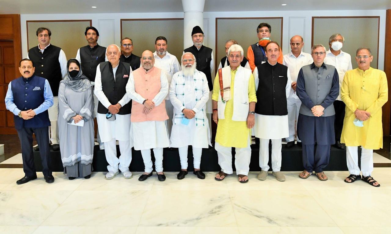 दिल्ली में प्रधानमंत्री नरेंद्र मोदी के साथ मीटिंग के लिए पहुंचे जम्मू-कश्मीर के नेता। साथ में हैं गृह मंत्री अमित शाह और जम्मू-कश्मीर के उपराज्यपाल मनोज सिन्हा।