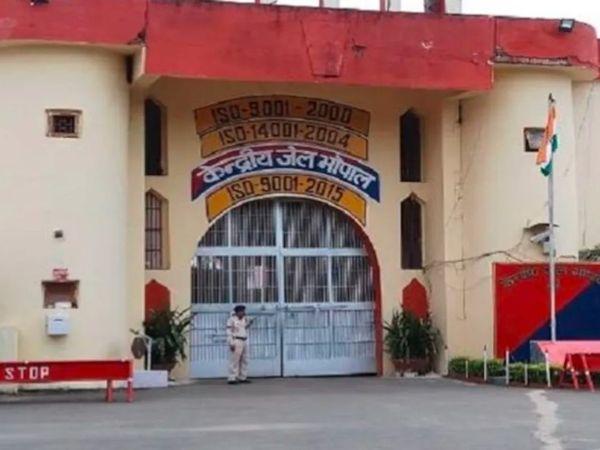 हत्या के केस में हुआ था आजीवन कारावास, एक साल पहले पैरोल पर छूटकर लापता हो गया था, 4 दिन पहले पकड़ा गया तो बाथरूम में लगाया फंदा|भोपाल,Bhopal - Dainik Bhaskar