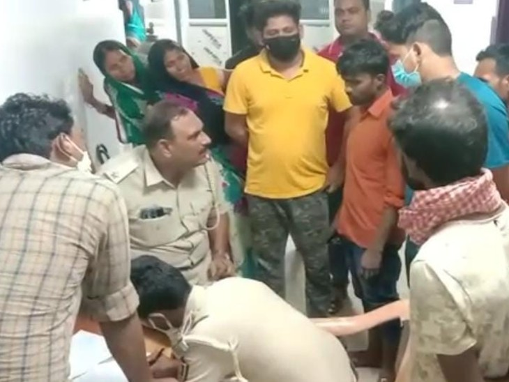 अस्पताल में मृतक के परिजनों के साथ  पुलिस। - Dainik Bhaskar