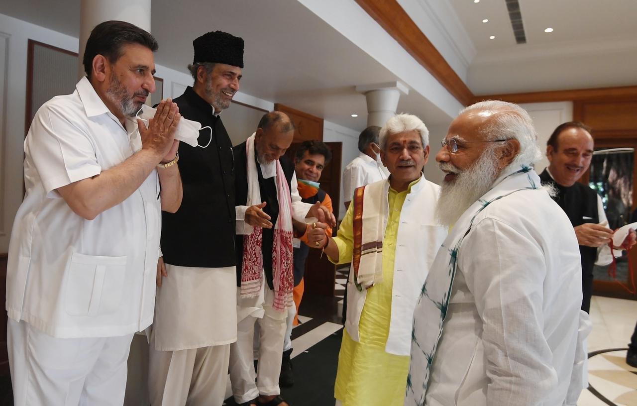 प्रधानमंत्री मोदी ने मीटिंग में शामिल सभी नेताओं के पास जाकर उनसे बात भी की।