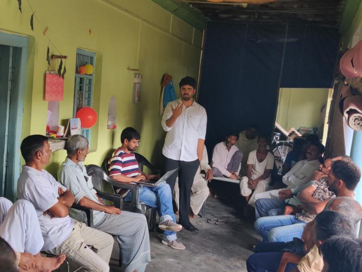 राजेश रंजन अभी भी गांवों में जाते हैं, किसानों से मिलते हैं और खेती को लेकर उनका फीडबैक जुटाते हैं।