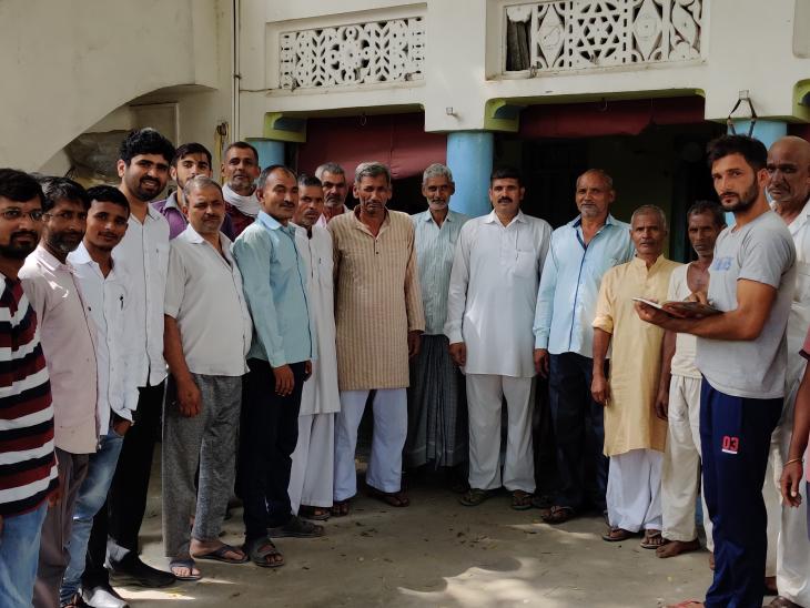 किसानों के साथ खड़े राजेश रंजन। स्टार्टअप लॉन्च करने से पहले वे गांव-गांव जाकर किसानों की समस्याओं को समझने की कोशिश करते थे।