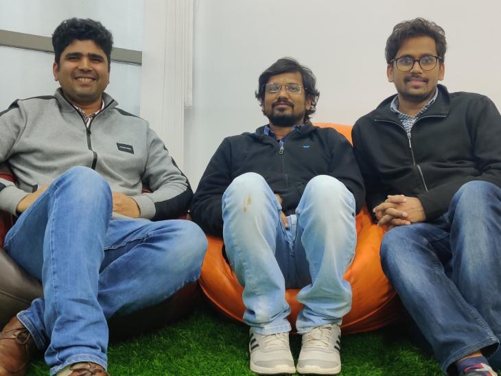 बाएं से दाएं - राजेश रंजन और उनके साथी अविनाश कुमार और मनीष अग्रवाल। अभी इनकी टीम में 24 लोग काम करते हैं।
