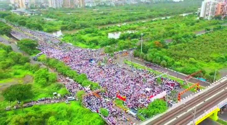 प्रदर्शन में हजारों लोग बिना मास्क, सोशल डिस्टेंसिंग की परवाह किए बिना शामिल हुए।