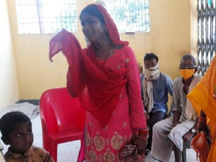 पैसे निकालने में मदद को कहा, फिर कपड़े में कागज़ का बंडल थमा दिया, 33 हजार लेकर हुआ फरार|बेतिया (पश्चिमी चंपारण),Bettiah (West Champaran) - Dainik Bhaskar