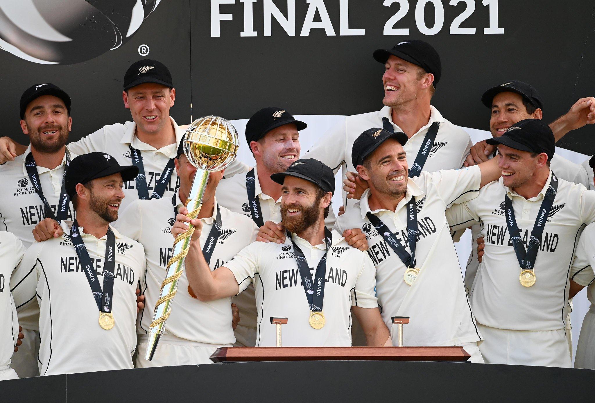 ICC वर्ल्ड टेस्ट चैंपियनशिप गदा के साथ न्यूजीलैंड टीम।