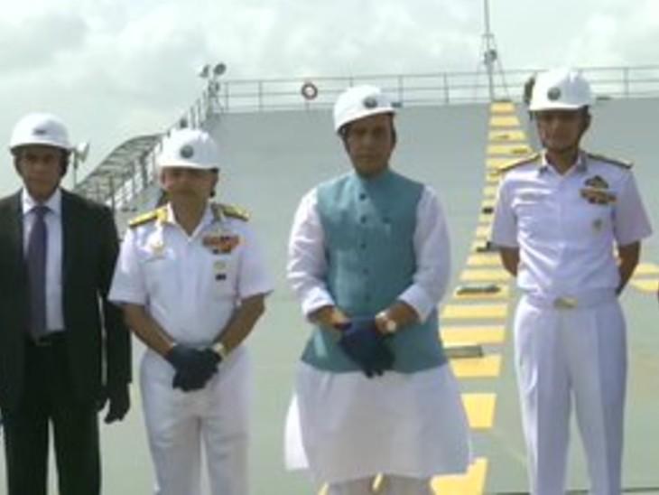 रक्षामंत्री स्वदेशी एयरक्राफ्ट कैरियर का जायजा लेने पहुंचे।