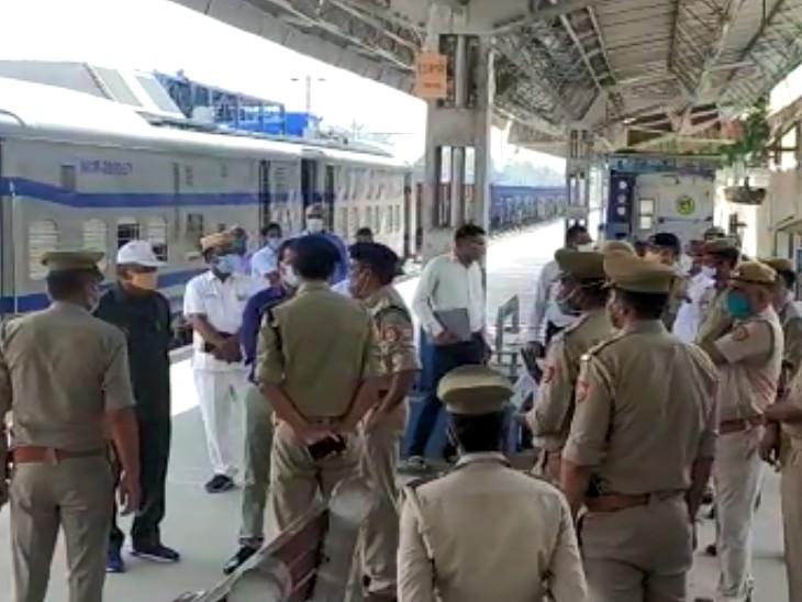 राष्ट्रपति की महाराजा एक्सप्रेस टूंडला रेलवे स्टेशन से गुजरी। इसके लिए डीएम, एसएसपी भी मौजूद रहे।
