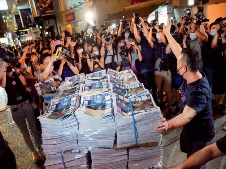 एप्पल डेली के आखिरी संस्करण को खरीदने के लिए रात से ही लगने लगीं कतारें, 10 लाख प्रतियां बिकीं विदेश,International - Dainik Bhaskar