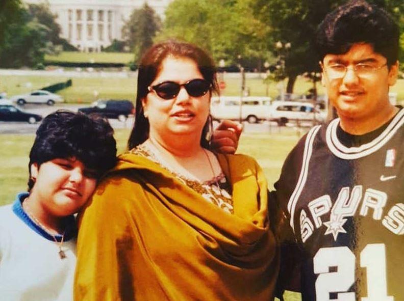 बहन अंशुला, मां मोना के साथ अर्जुन कपूर।