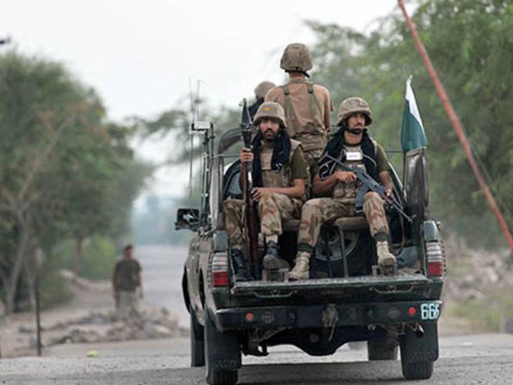 बलूचिस्तान में पेट्रोलिंग करते पाकिस्तानी सैनिक। (फाइल) - Dainik Bhaskar