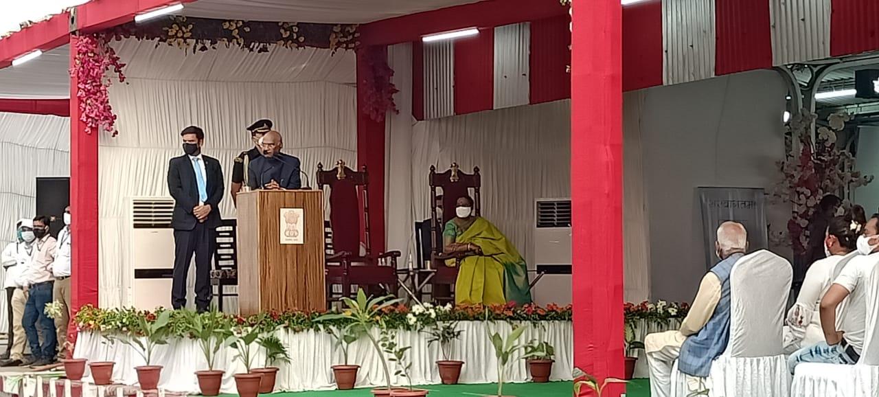 झींझक में कार्यक्रम को संबोधित करते राष्ट्रपति कोविंद, वह यहां कानपुर पहुंचने से पहले 15 मिनट के लिए रुके।
