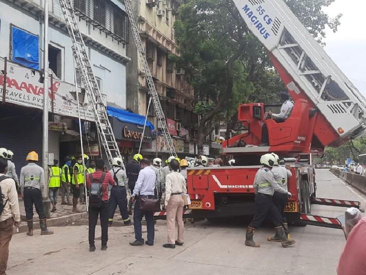राहत और बचाव कार्य के लिए फायर ब्रिगेड और एंबुलेंस की गाड़ियां मौके पर मौजूद हैं। - Dainik Bhaskar
