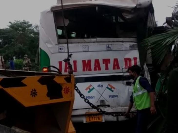 मोतिहारी से लौट रही बारातियों से भरी बस खड़ी थी, ट्रक ने मारी टक्कर जिससे 4 की मौके पर ही मौत, 12 की हालत गंभीर बिहार,Bihar - Dainik Bhaskar