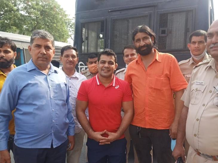 सुशील को तिहाड़ जेल शिफ्ट करते समय पुलिसकर्मियों ने उसके साथ फोटो खिंचवाए।