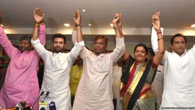 चाचा पशुपति पारस के साथ चुनावी रैली के दौरान चिराग पासवान। (फाइल फोटो)