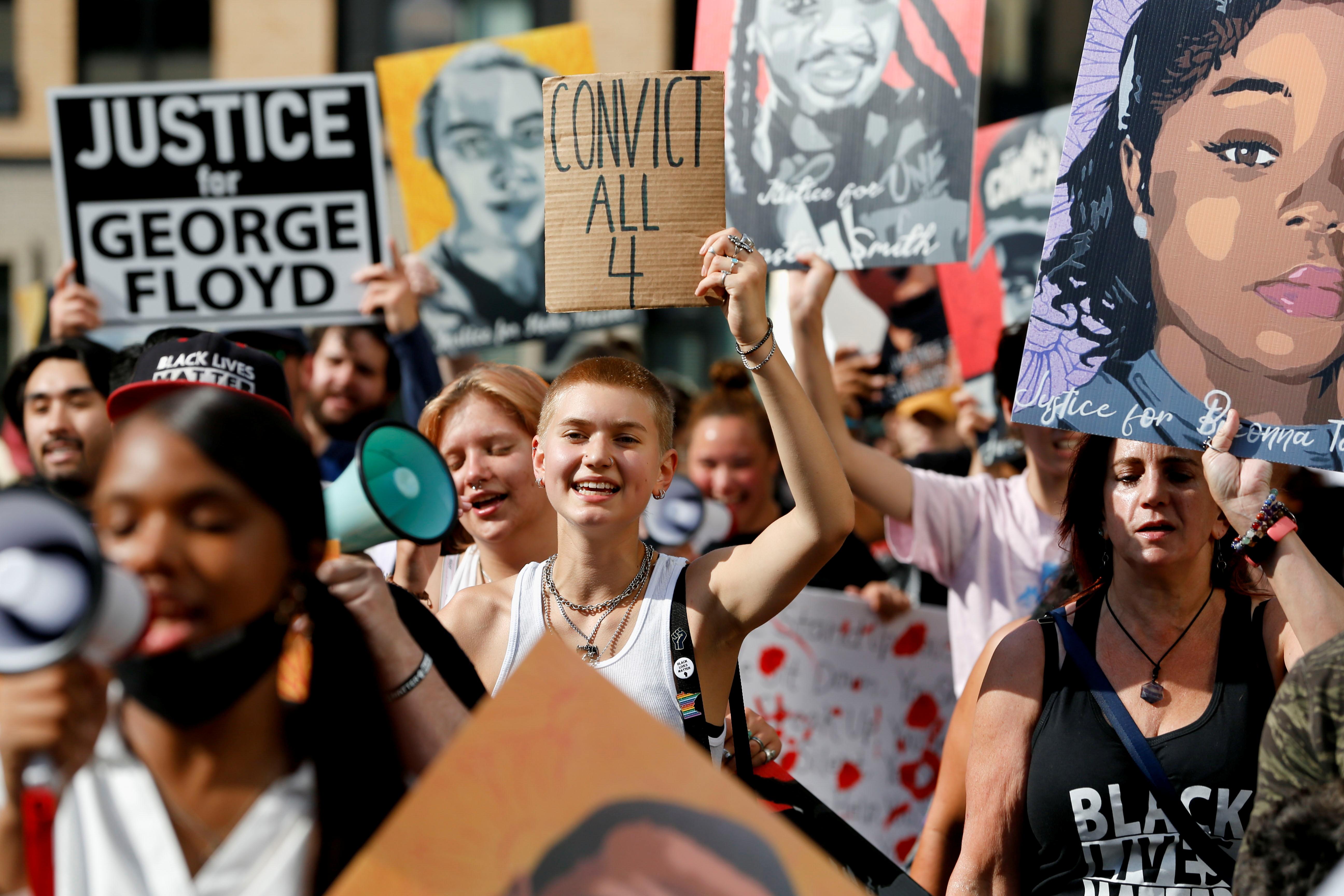 मिनेपोलिस में निकाली गई रैली में अश्वेतों के साथ श्वेत भी शामिल थे।