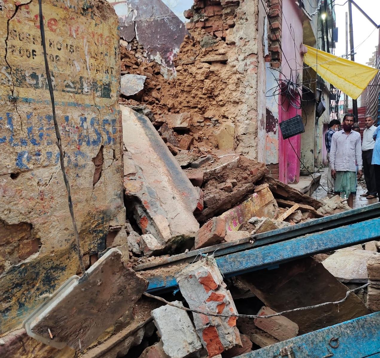 वाराणसी में मरम्मत के दौरान मकान का हिस्सा गिरा, एक मजदूर की मौत और 1 घायल...एक महीने की भीतर मकान गिरने की तीसरी घटना|वाराणसी,Varanasi - Dainik Bhaskar
